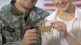 Солдат армии и молодой знак детской сидячей коляски удерживания жены, планируемый размер семьи, будущее видеоматериал