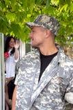Солдат выходя домой как вахты жены дальше стоковое фото rf