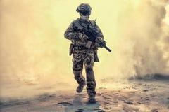 Солдат выходя сквозь отверстие поле брани покрыл пламя и огонь стоковая фотография