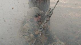 Солдат в панике прячет за деревом во время боя в лесе сток-видео