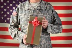 Солдат держа подарок на рождество Стоковое Фото