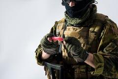 Солдат держа факел в руках Стоковая Фотография