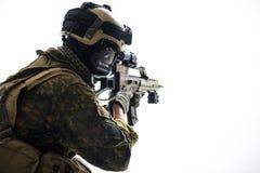 Солдат держа штурмовую винтовку в руках стоковая фотография rf
