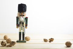 Солдат и гайки Щелкунчика Xmas на деревянном столе Стоковое Фото