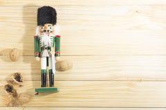 Солдат и гайки Щелкунчика Xmas на деревянном столе Стоковые Изображения RF