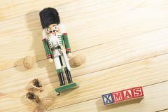 Солдат и гайки Щелкунчика Xmas на деревянном столе Стоковое Изображение