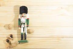 Солдат и гайки Щелкунчика Xmas на деревянном столе Стоковые Изображения