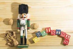 Солдат и гайки Щелкунчика Xmas на деревянном столе Стоковое Изображение RF