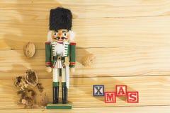 Солдат и гайки Щелкунчика Xmas на деревянном столе Стоковое фото RF