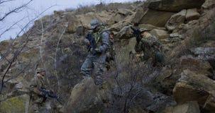 Солдат обеспечивая крышку во время патруля стоковая фотография