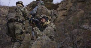 Солдат обеспечивая крышку во время патруля стоковое изображение