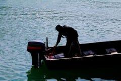 Солдат силуэта на шлюпке в реке с космосом экземпляра добавляет текст Стоковое Фото