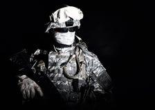 Солдат сил специального назначения в репроектора ослеплять свете стоковые изображения