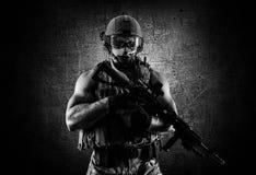 Солдат специального блока стоит с автоматическим оружием Стоковые Фотографии RF