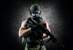 Солдат специального блока стоит с автоматическим оружием Стоковые Изображения RF