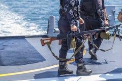 Солдат спецслужб на владениях корабля пулемет стоковая фотография
