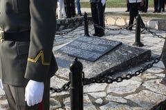 Солдат стоя рядом с усыпальницей неизвестного солдата Принципиальная схема Дня памяти погибших в войнах Стоковые Фото