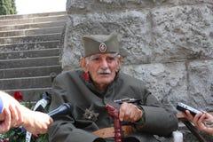 Солдат стоя рядом с усыпальницей неизвестного солдата Принципиальная схема Дня памяти погибших в войнах Стоковая Фотография