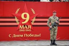 Солдат с красной винтовкой берета и автомата Калашниковаа AK-74M Парад дня победы в Pyatigorsk, России Стоковое Фото