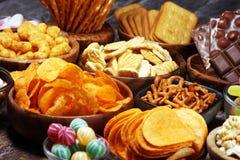 Соленые закуски Крендели, обломоки, шутихи в деревянных шарах на таблице стоковая фотография