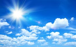 Солнечная предпосылка, голубое небо с облаками и солнце стоковые фотографии rf