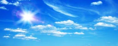 Солнечная предпосылка с облаками стоковые изображения rf