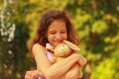 Солнечная рыжеволосая девушка с ocher волосами стоковые изображения rf
