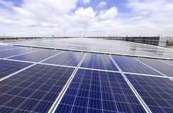 Солнечная система крыши PV с Moving облаком стоковое фото rf