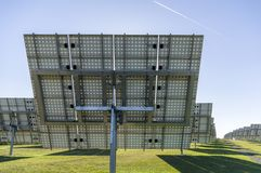 Солнечная система, электрическая станция солнечной энергии обзора с trackable элементами стоковые изображения rf