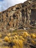 Солнечная скалистая гора в пустыне Луг с сухой травой на ноге горы стоковая фотография rf