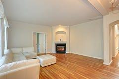 Солнечная современная живущая комната с белое секционным стоковая фотография