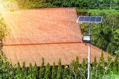 Солнечная энергия популярная альтернативная энергия Популярные дома к I стоковые изображения