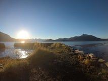 Солнечное море, берег и горы в северной Норвегии Стоковые Изображения RF