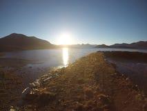 Солнечное море, берег и горы в северной Норвегии Стоковые Фото