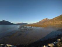 Солнечное море, берег и горы в северной Норвегии Стоковое Фото