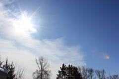 Солнечное небо с облаками стоковая фотография