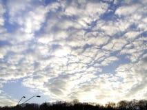 Солнечное небо с облаками стоковое изображение rf