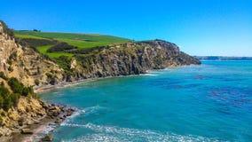 Солнечное прибрежное в Новой Зеландии стоковые изображения