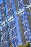 солнечное способное к возрождению зеленых панелей энергии фотовольтайческое стоковые изображения rf