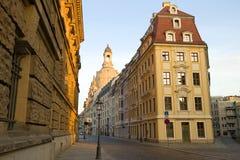 Солнечное утро в апреле на улице города dresden стоковое изображение rf