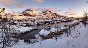 Солнечное утро над портом в Lofoten, Норвегия стоковые фото