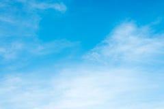 Солнечность заволакивает небо во время предпосылки утра Синь, белый пастельный рай, мягкий солнечный свет пирофакела объектива фо Стоковые Изображения RF