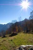 Солнечность над горными склонами стоковое фото rf