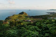 Солнечность на холме головы дракона достигая в океан на побережье Yongmeori, Sanbang-ro, острове Jeju, Южной Корее Стоковая Фотография