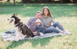 солнечные изображения счастливой пожененной пары с собакой и ребенком Стоковые Изображения RF