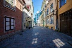 Солнечные лучи на улице Muurivahe в Таллине Стоковые Изображения