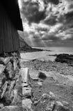 Солнечные лучи светят вниз на море, Priest& x27; бухта s, накидка Корнуолл, Англия стоковые фотографии rf