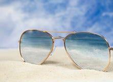 Солнечные очки авиатора с отражением прибоя океана стоковая фотография rf