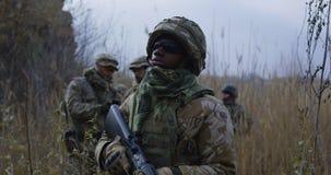 Солнечные очки Афро-американского солдата нося стоковые изображения