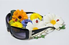 Солнечные очки и букет цветков лета стоковые изображения